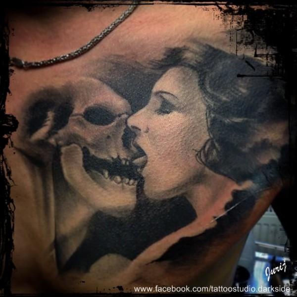 Tattoo-Todesskuss